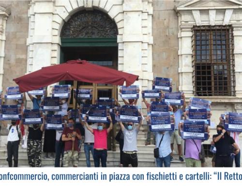 """Flasmob di Confcommercio, commercianti in piazza con fischietti e cartelli: """"Il Rettore ci ripensi"""""""
