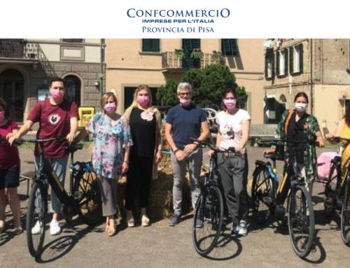 """""""Capannoli si tinge di Rosa"""" – commercianti protagonisti con le vetrine  a tema per celebrare la vittoria al Giro d'Italia del 1971"""